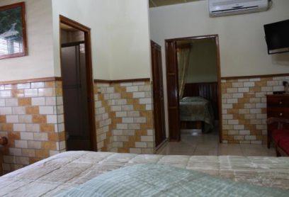 Habitación de 1 Cama King y 2 Camas 3/4 (Tipo Superior)
